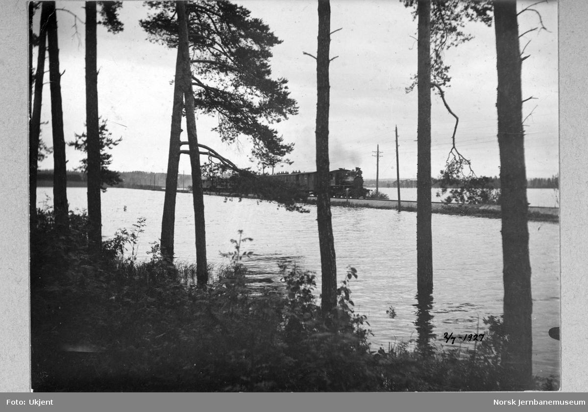 Flommen i 1927 : Rørosbanens tog 362 nærmer seg Hamar