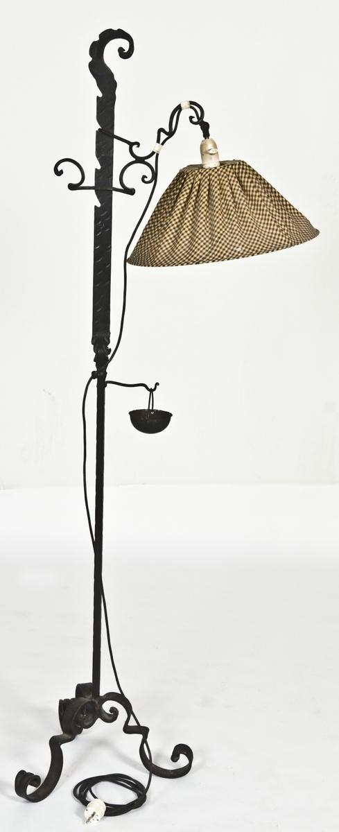 Smijernslampe med smijernsaskebeger og gulrutet tekstilskjerm.