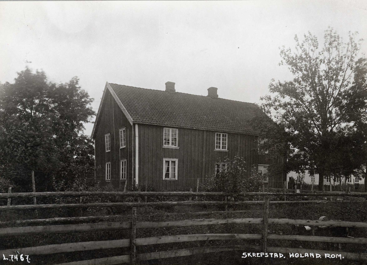 Skrepstad, Aurskog-Høland, Nedre Romerike, Akershus. Hovedbygningen og hagen bak innhegning..