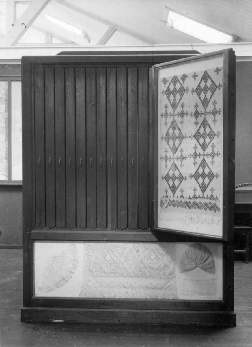 Museumsteknikk. Uttrekksrammer til tekstiler, Norsk Folkemuseum, 1924.