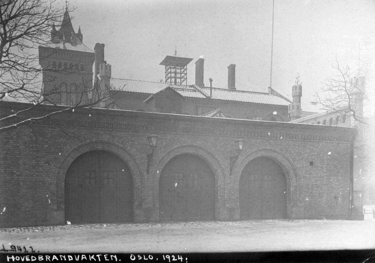 Hovedbrannvakten i Oslo 1924. Murhus med tårn og garasjedører. Antatt speilvendt.