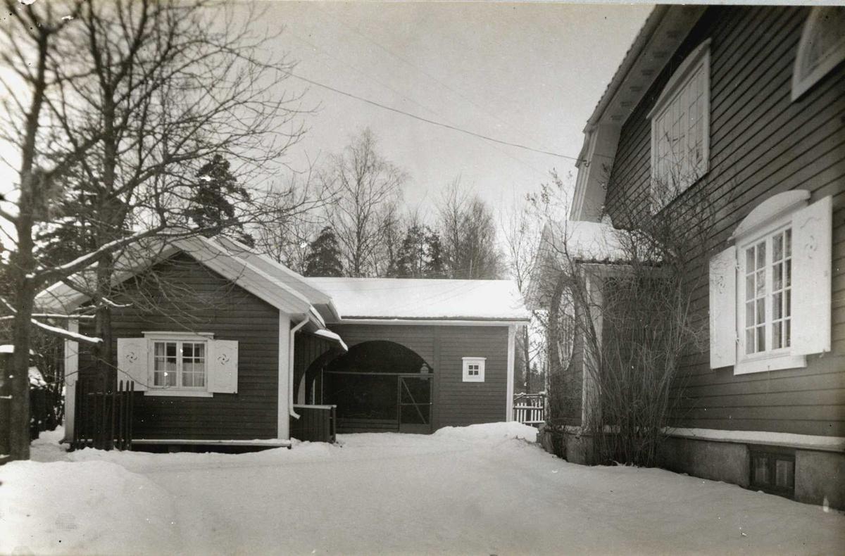 Gerhard Munthes hus, Bærum, Akershus 1929. Vinterbilde av innkjørselen og drengestua.